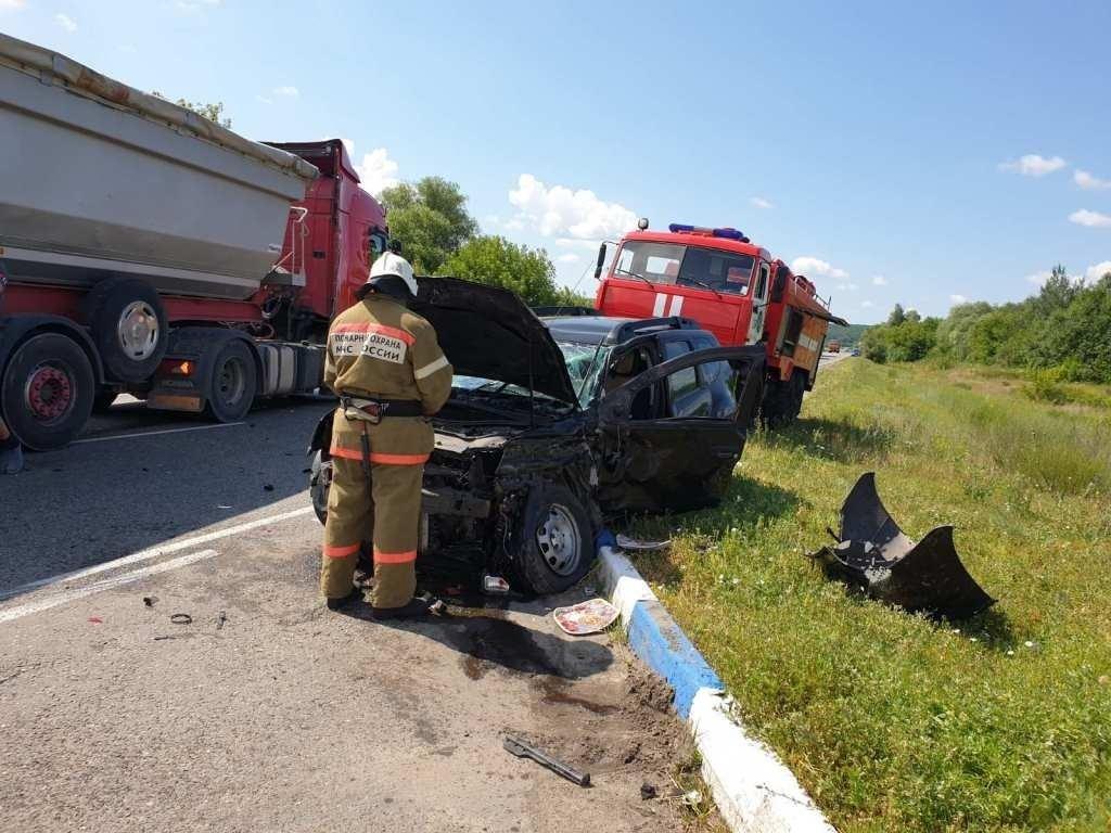 Спасатели МЧС России приняли участие в ликвидации ДТП в поселке Чернянка Белгородской области